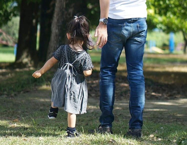 子どもと歩く父親