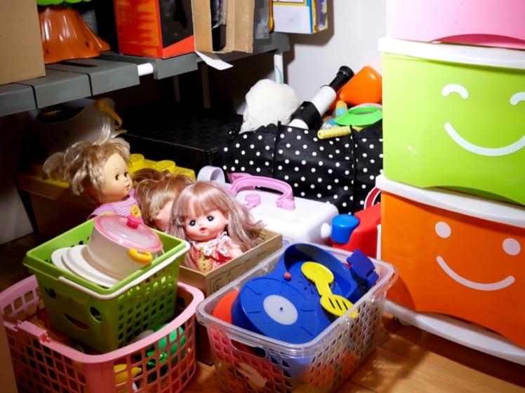 箱にお人形やおもちゃが入っている