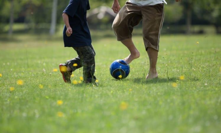楽しくサッカーをする親子