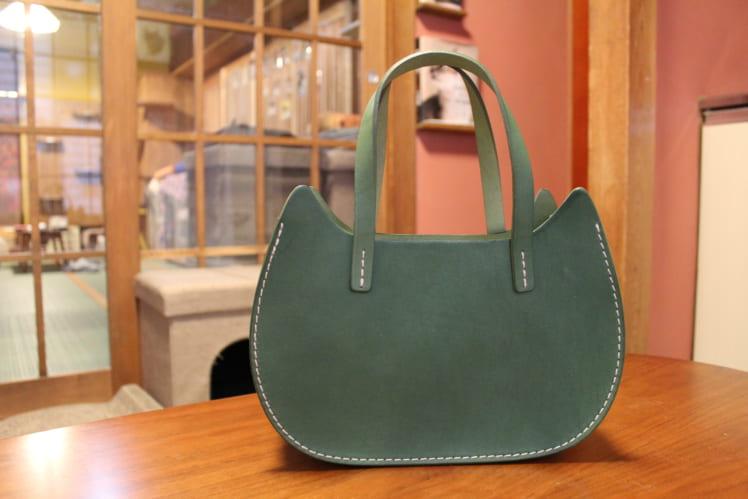 NECO BASKET GREEN ( ¥16,500 ) 猫型のレザーバッグで、カラー展開も豊富です。